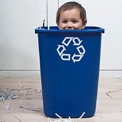 Что делать, если ребенок залезает в помойное ведро?