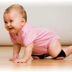 Во сколько месяцев ребенок начинает ползать? Рассказывает врач-педиатр
