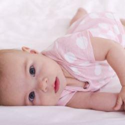 Когда ребенок начинает переворачиваться? Как помочь малышу?